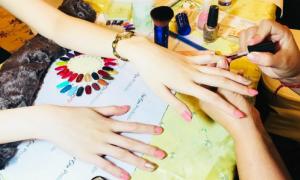 Vẽ móng tay miễn phí cho chị em tại Triển lãm cưới