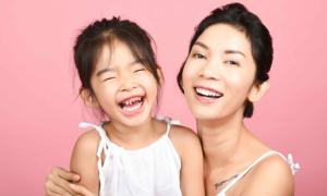 Con gái Xuân Lan khoe răng sún trong bộ ảnh kỷ niệm với mẹ
