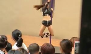 Trường mẫu giáo thuê vũ công múa cột biểu diễn mừng khai giảng