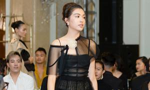 Lệ Hằng diện váy khoe nội y làm vedette show Lâm Gia Khang