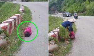 Bé gái nằm ngủ say sưa bên lề đường ở Hà Giang