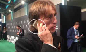 Modric khiến fan thích thú khi vẫn sử dụng iPhone 5S