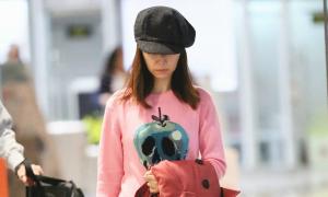 Lâm Tâm Như lộ vẻ mệt mỏi khi đến sân bay