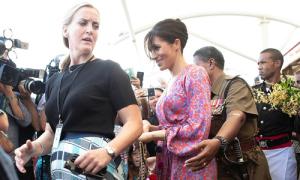 Meghan vội vã rời khu chợ ở Fiji vì fan đến quá đông
