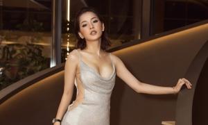 Chi Pu cẩn trọng tạo dáng khi mặc váy xẻ táo bạo