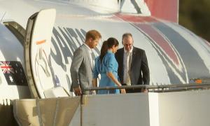 Máy bay chở vợ chồng Harry hoãn hạ cánh phút cuối