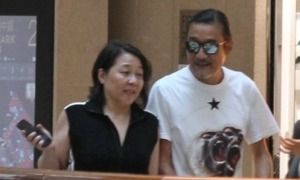 Lương Gia Huy kết hôn 31 năm vẫn nắm tay vợ khi ra phố