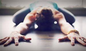 Nữ hành khách tập yoga trên máy bay