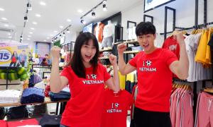 Ba Duy, Nam Thương diện áo thun đồng điệu cổ vũ cho tuyển Việt Nam