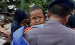 Bé 5 tuổi kẹt 12 giờ trong ôtô sau sóng thần Indonesia