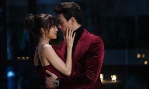 Lan Ngọc vất vả hôn Lê Xuân Tiền suốt 15 phút giữa phố