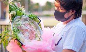 Người đàn ông Thái làm bó hoa 'lẩu' tặng vợ