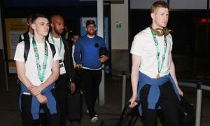 Sao Man City đeo HC vàng khi về tới Manchester