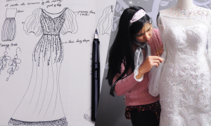 Cô dâu Hà Nội tự thiết kế và may váy cưới qua mạng
