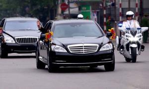 Kim Jong-un hạ kính chống đạn, vẫy tay tạm biệt người dân Hà Nội