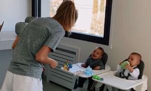 Biểu cảm đối lập của cặp song sinh nhà Morata khi mẹ nhún nhảy