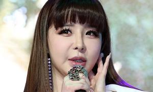 Park Bom gây sốc với khuôn mặt 'lạ hoắc' sau 8 năm vắng bóng