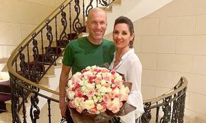 HLV Zidane tươi cười mừng sinh nhật vợ