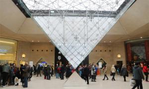 Du khách Việt chỉ dẫn tham quan bảo tàng Louvre ở Paris