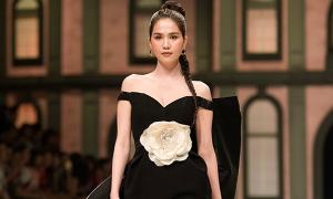 Ngọc Trinh diện đầm xẻ ngực làm vedette tại show thời trang