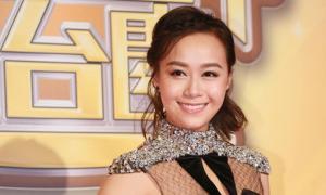 Á hậu Hong Kong xin lỗi vì ôm hôn chồng Trịnh Tú Văn