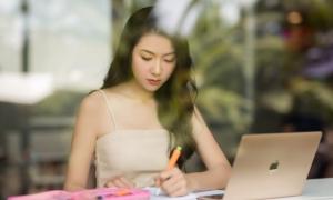 Á hậu Thúy Vân trở lại giảng đường đại học