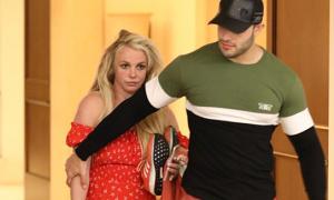 Britney Spears được bồ trẻ đón về giữa đợt điều trị tâm thần