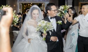 Gần 1.000 khách hò reo khi Trung Hiếu dắt tay vợ vào lễ đường
