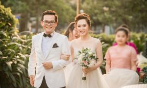 Cô dâu của NSND Trung Hiếu thay 3 váy cưới trong hôn lễ