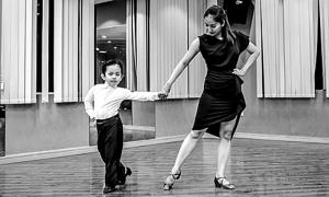 Khánh Thi xúc động khi nắm tay và nhảy cùng con trai