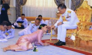 Vợ Quốc vương Thái Lan quỳ dưới chân chồng trong đám cưới