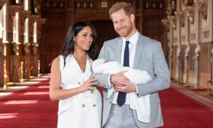 Meghan được khen vì không giấu bụng to sau sinh con