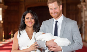 Meghan sẽ bị các thành viên hoàng gia 'để mắt hơn' khi làm mẹ