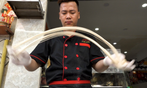Chàng trai kéo mì như múa Kungfu ở Sài Gòn