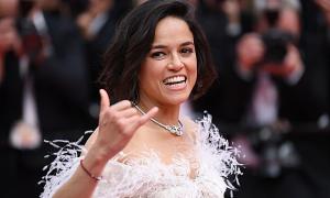 Người đẹp 'Fast and Furious' bị chỉ trích vì nhai kẹo cao su ở Cannes
