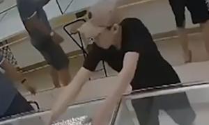 Thanh niên xông vào cửa hàng cướp ba khay nhẫn vàng