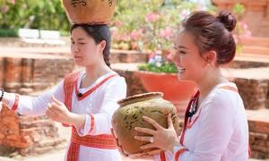 Vy Oanh, Lâm Vỹ Dạ đội lu nhảy múa dưới nắng gắt