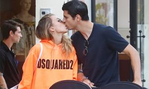Morata liên tục hôn vợ trong kỳ nghỉ