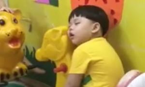 Bé trai ngủ gật trong lớp 'bất chấp' các bạn ca hát ầm ĩ