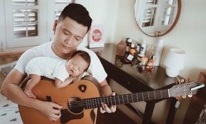 Bé 1 tháng tuổi ngủ ngon trên cây đàn của bố