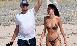 Bồ trẻ diện bikini nhỏ xíu tắm biển với Leonardo DiCaprio