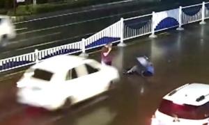 Dừng lại vì gây tai nạn, cả tài xế lẫn nạn nhân bị đâm tiếp