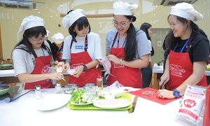 'Nhà lãnh đạo trẻ châu Á' ấn tượng với phở cuốn Hà Nội