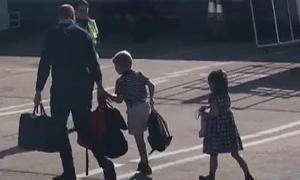 Vợ chồng Kate đưa ba con du lịch bằng máy bay giá rẻ