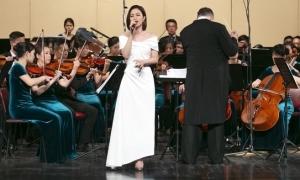 Đông Nhi hát cùng dàn giao hưởng