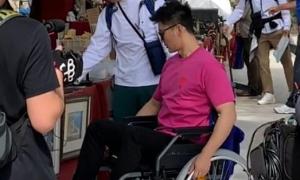 Lý Thần ngồi xe lăn