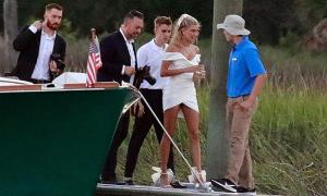 Justin và Hailey đón khách cưới
