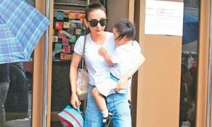 Vợ Quách Phú Thành đưa đón con đi học