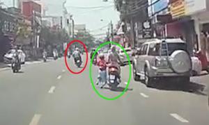 Cô gái trượt khỏi xe máy vì bị giật túi xách