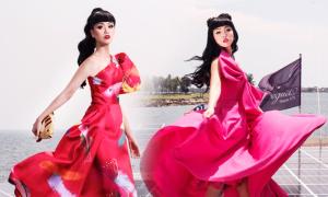 Jessica Minh Anh chụp ảnh trên tàu